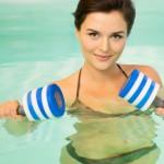 So trainieren Sie mit Hanteln im Wasser
